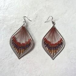 Boucle d'oreille avec perles de rocaille tons marron/rouge