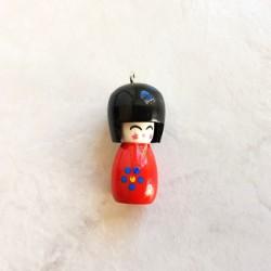 Pendentif poupée japonaise Kokeshi rouge bois laqué bois