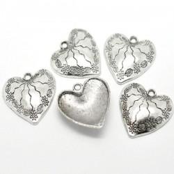 Pendentif coeur gravé de fleurs